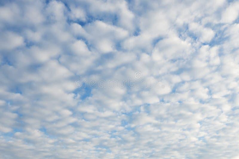 Achtergrond van blauwe hemel en luchtige witte wolken Volledige bevolking Selectieve nadruk stock afbeeldingen