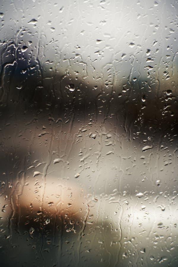 Achtergrond van dalingen op venster op de navigatiebrug Schipverblijf in de haven stock afbeelding