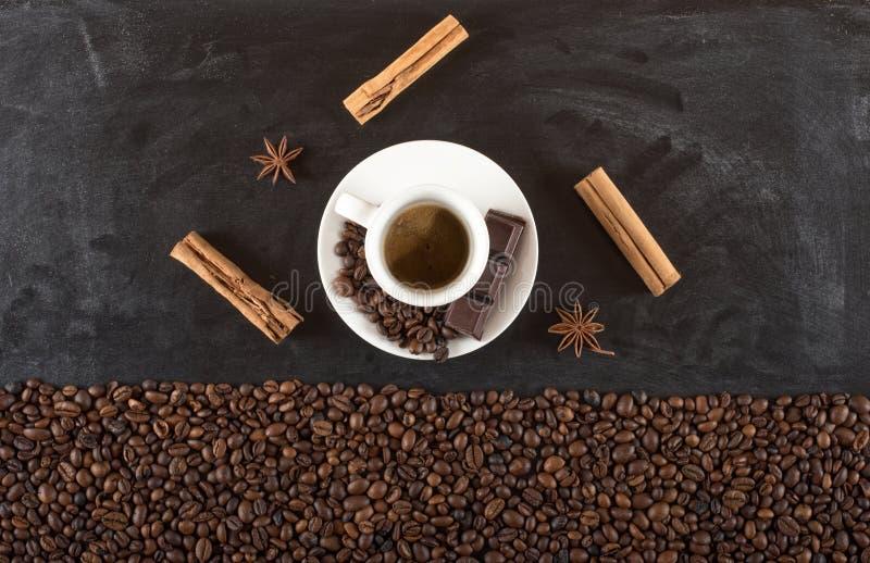Achtergrond van de bonen van de kopkoffie met kaneel en anijsplant stock afbeeldingen
