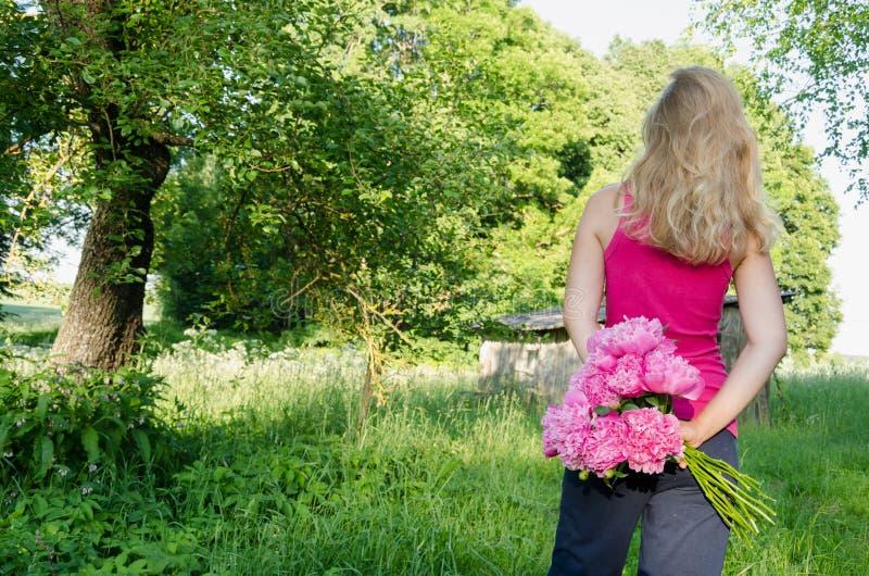 Achtergrond van de de pioen in hand tuin van de vrouwen de achtermening royalty-vrije stock foto's
