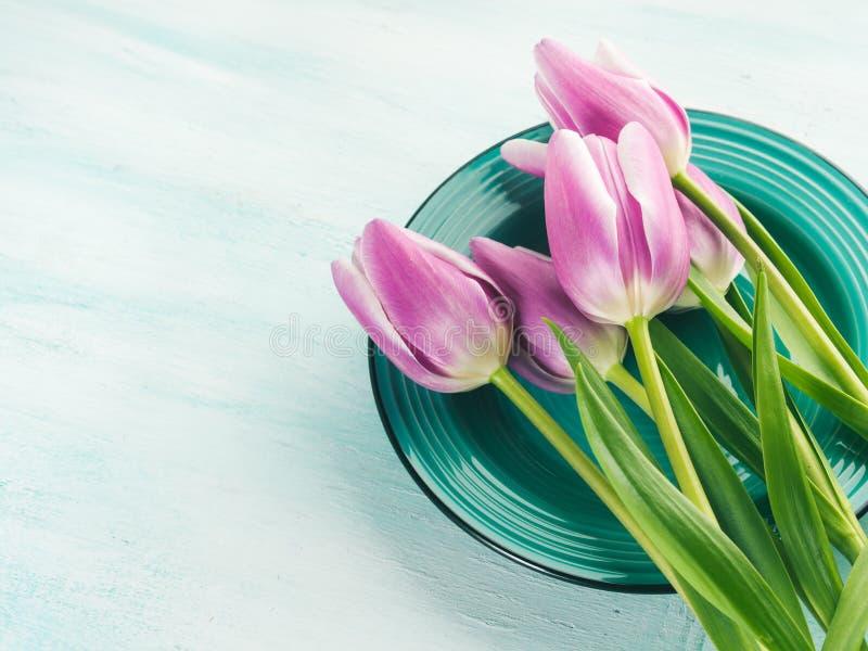 Achtergrond van de de tulpen bloemen groene pastelkleur van de lentepasen de purpere royalty-vrije stock foto's