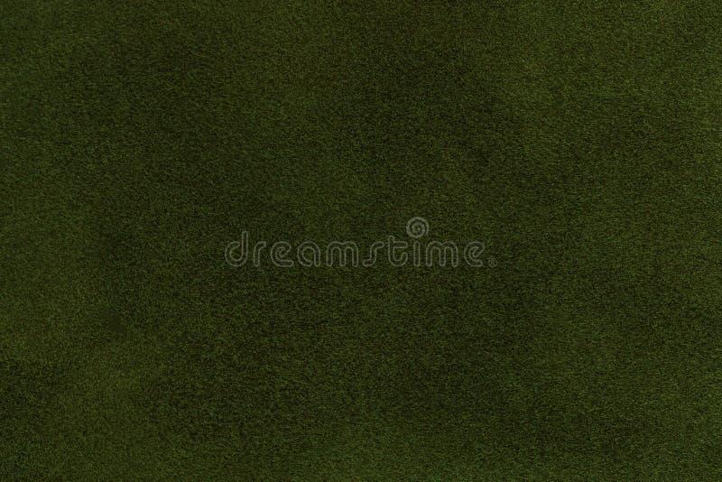 Achtergrond van de donkergroene close-up van de suèdestof Fluweel matte textuur van olijf nubuck textiel royalty-vrije stock afbeelding