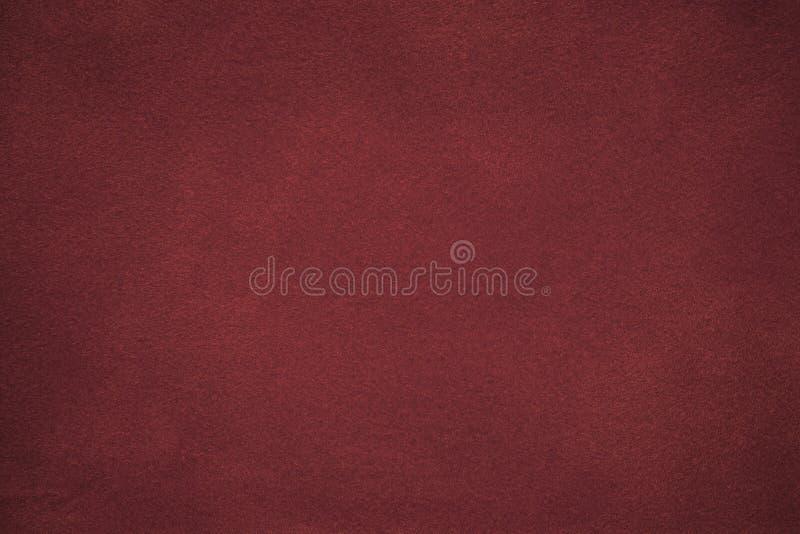 Achtergrond van de donkerrode close-up van de suèdestof Fluweel matte textuur van wijn nubuck textiel met gradiënt stock afbeeldingen