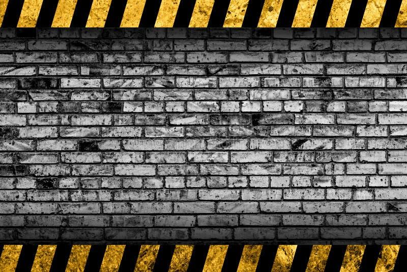 Achtergrond van de Grunge de grijze bakstenen muur met waarschuwingsstrepen stock illustratie