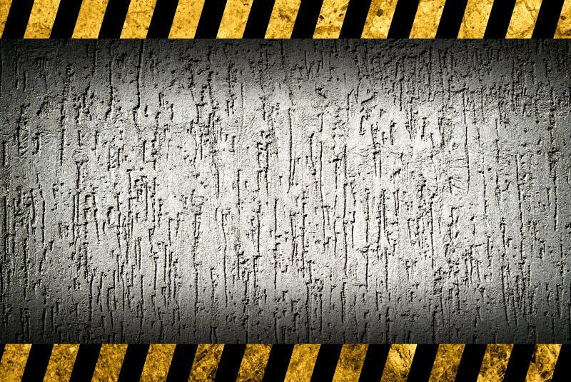 Achtergrond van de Grunge de grijze muur met waarschuwingsstrepen royalty-vrije illustratie