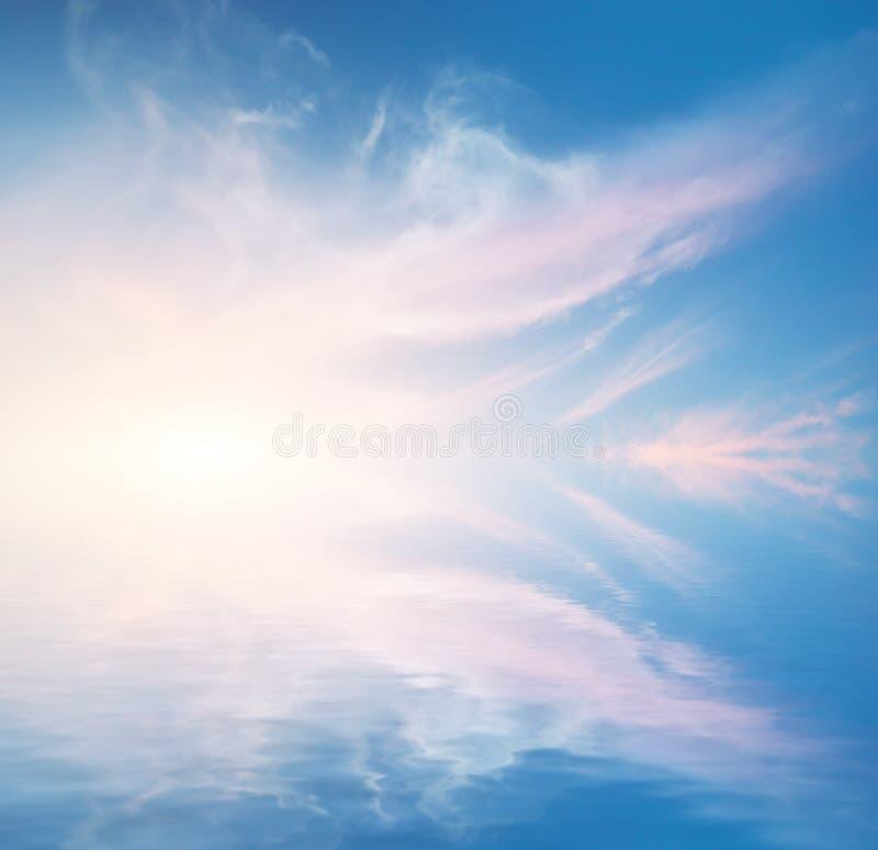 Achtergrond van de hemel op zonsondergang stock afbeelding