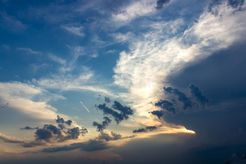 Achtergrond van de hemel op zonsondergang Natuur samenstelling Zomerachtergrond stock fotografie