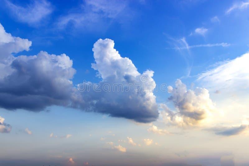 Achtergrond van de hemel op zonsondergang Natuur samenstelling Zomerachtergrond stock afbeelding