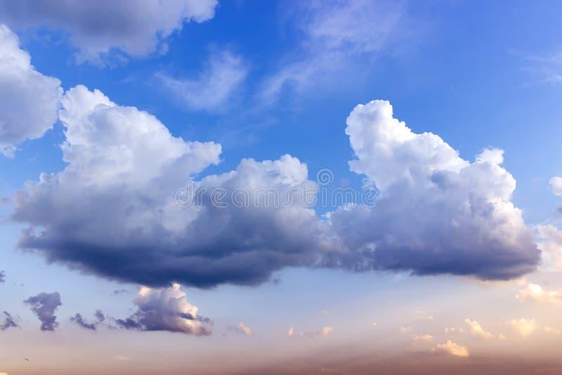 Achtergrond van de hemel op zonsondergang Natuur samenstelling Zomerachtergrond royalty-vrije stock foto's