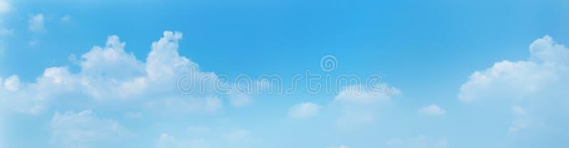 Achtergrond van de panorama de blauwe hemel met wolken in de ochtend stock afbeeldingen