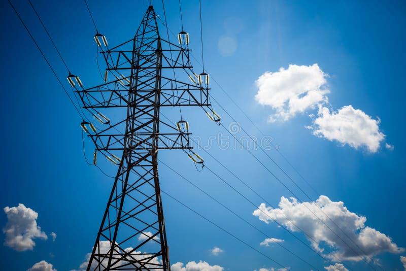 Achtergrond van de de torenhemel van de hoogspannings de posthoogspanning De elektriciteit is de belangrijkste energie van de wer stock fotografie