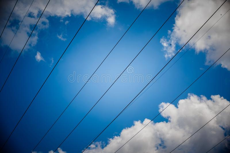 Achtergrond van de de torenhemel van de hoogspannings de posthoogspanning De elektriciteit is de belangrijkste energie van de wer royalty-vrije stock foto
