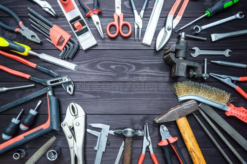 Achtergrond van diverse hulpmiddelen op houten werkbank Hoogste mening De ruimte van het exemplaar royalty-vrije stock fotografie