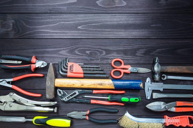Achtergrond van diverse hulpmiddelen op houten werkbank Hoogste mening De ruimte van het exemplaar stock afbeeldingen