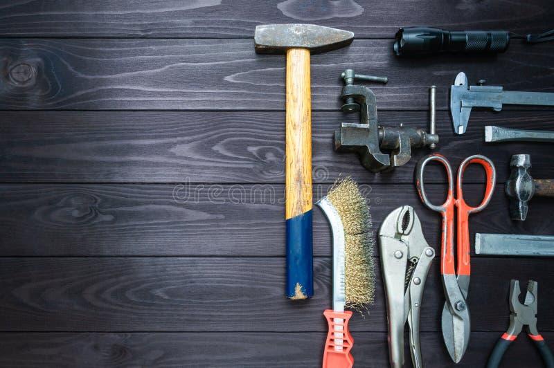 Achtergrond van diverse hulpmiddelen op houten werkbank Hoogste mening De ruimte van het exemplaar royalty-vrije stock afbeeldingen