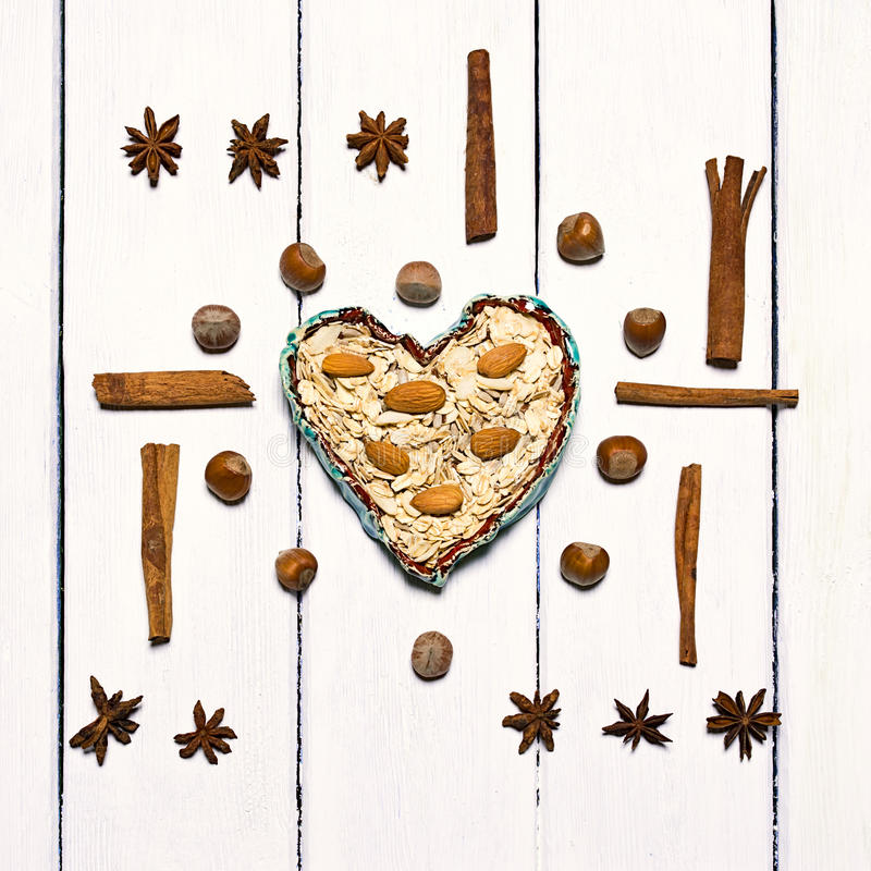 Achtergrond van diverse types van kruiden wordt gemaakt dat Centraal in de kom van de kaderklei in de vorm van een hart royalty-vrije stock afbeelding