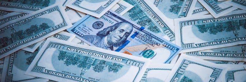 Achtergrond van dollars De nota's van honderd Amerikaanse dollars zijn verspreid over de achtergrond royalty-vrije stock afbeelding