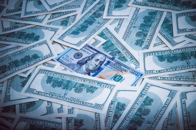 Achtergrond van dollars De nota's van honderd Amerikaanse dollars zijn verspreid over de achtergrond royalty-vrije stock foto