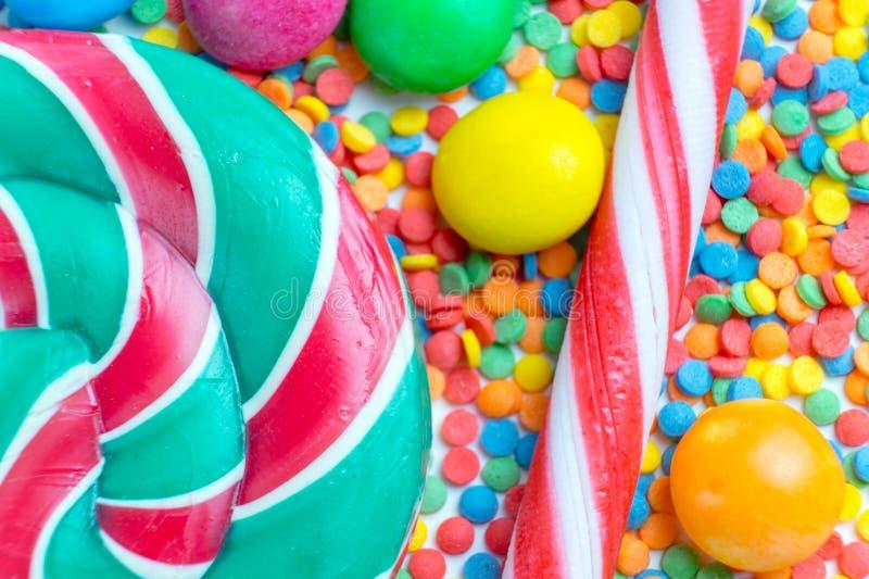 Achtergrond van een bos kleurrijk zoet suikergoed en suikergoedriet stock foto's