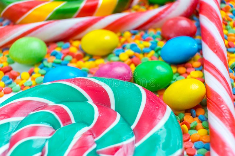 Achtergrond van een bos kleurrijk zoet suikergoed en suikergoedriet royalty-vrije stock afbeelding