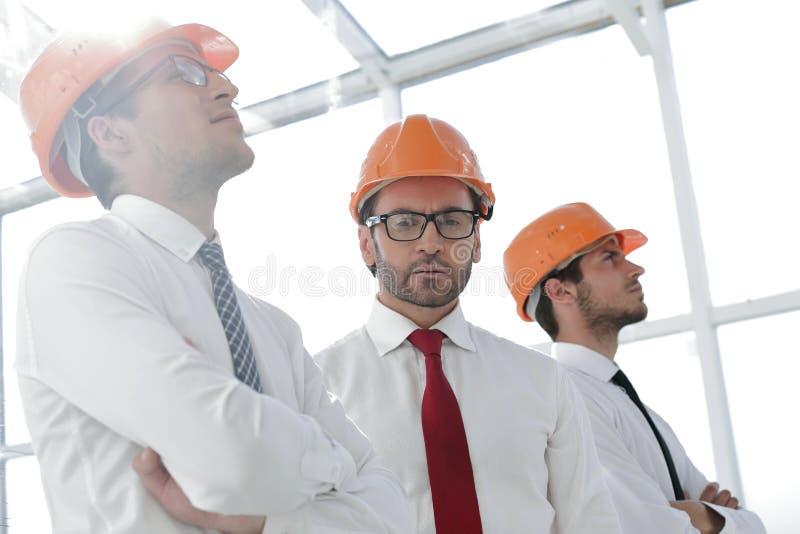 Achtergrond van een groep bedrijfsmensen in beschermende helmen royalty-vrije stock fotografie