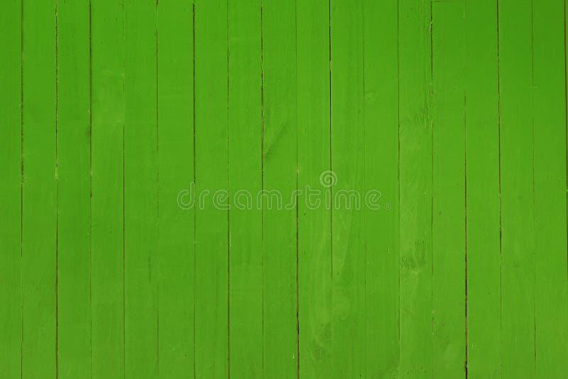Achtergrond van een houten die muur in heldere rode kleur wordt geschilderd stock foto