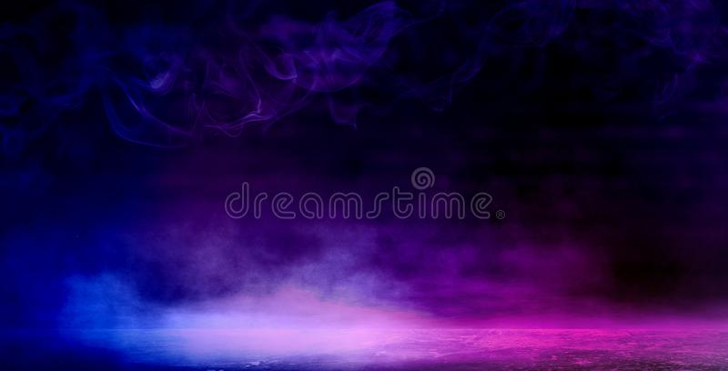 Achtergrond van een lege donker-zwarte ruimte Lege bakstenen muren, lichten, rook, gloed, stralen royalty-vrije stock afbeelding