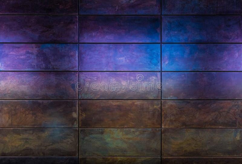 Achtergrond van een metaal en multicolored muur royalty-vrije stock afbeeldingen