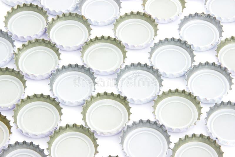 Achtergrond van gebruikte bierkappen stock afbeelding
