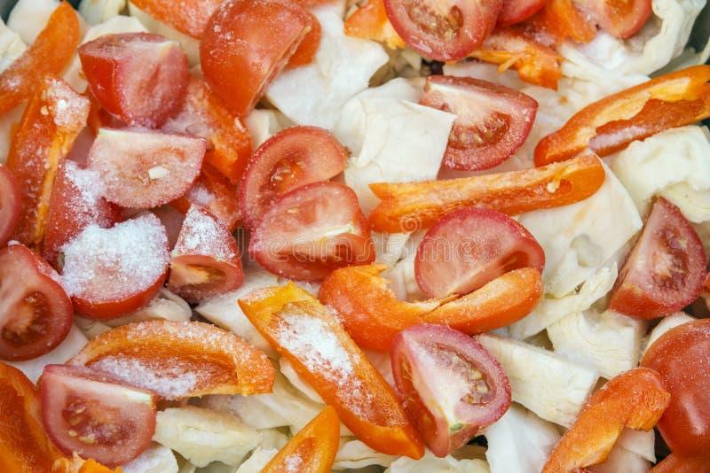 Achtergrond van gehakte tomaten en kool Gezond voedselconcept Hoogste mening royalty-vrije stock afbeeldingen