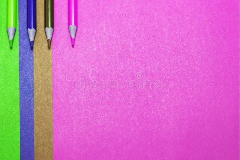 Achtergrond van gekleurde document en kleurpotloden royalty-vrije stock afbeeldingen