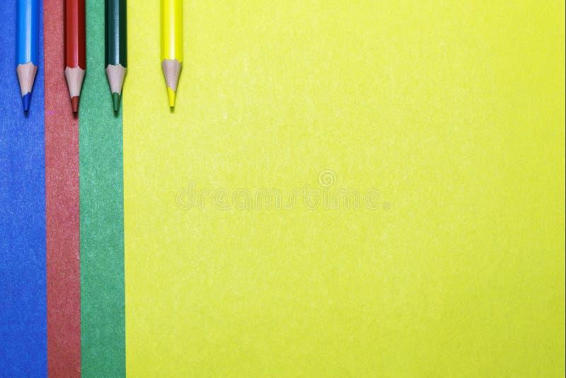 Achtergrond van gekleurde document en kleurpotloden royalty-vrije stock foto