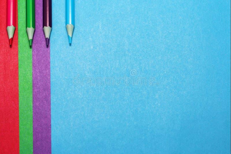 Achtergrond van gekleurde document en kleurpotloden royalty-vrije stock afbeelding