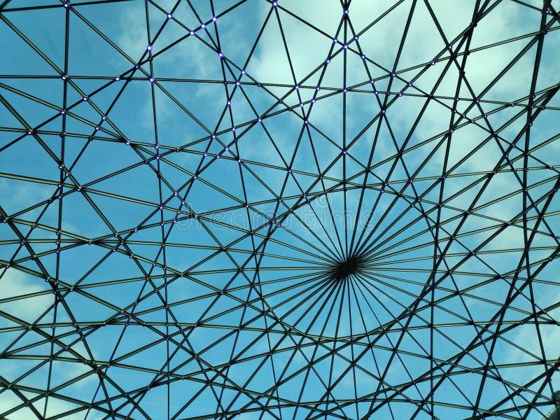 Achtergrond van geometrische koepelblauwe lucht en wolken royalty-vrije stock fotografie