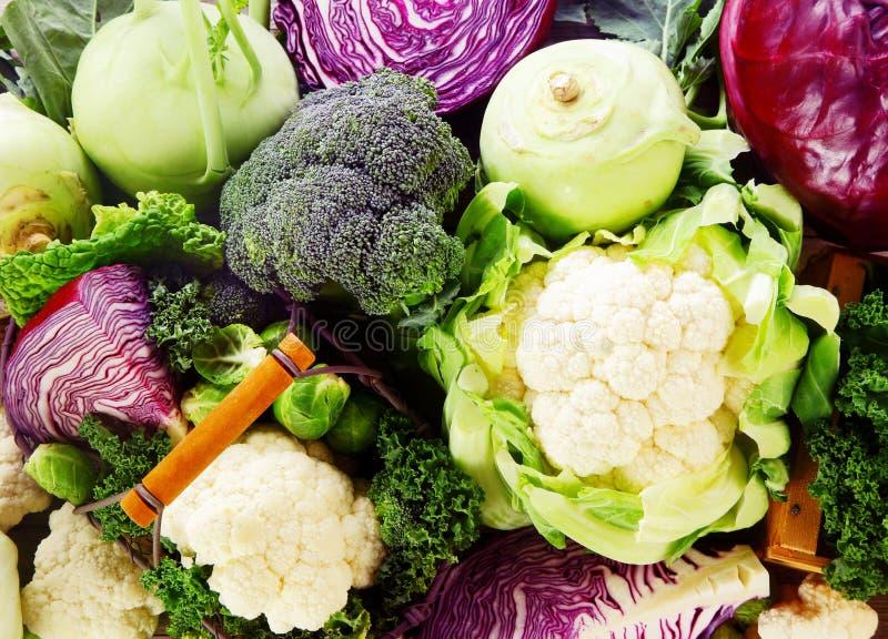 Achtergrond van gezonde verse kruisbloemige groenten stock foto