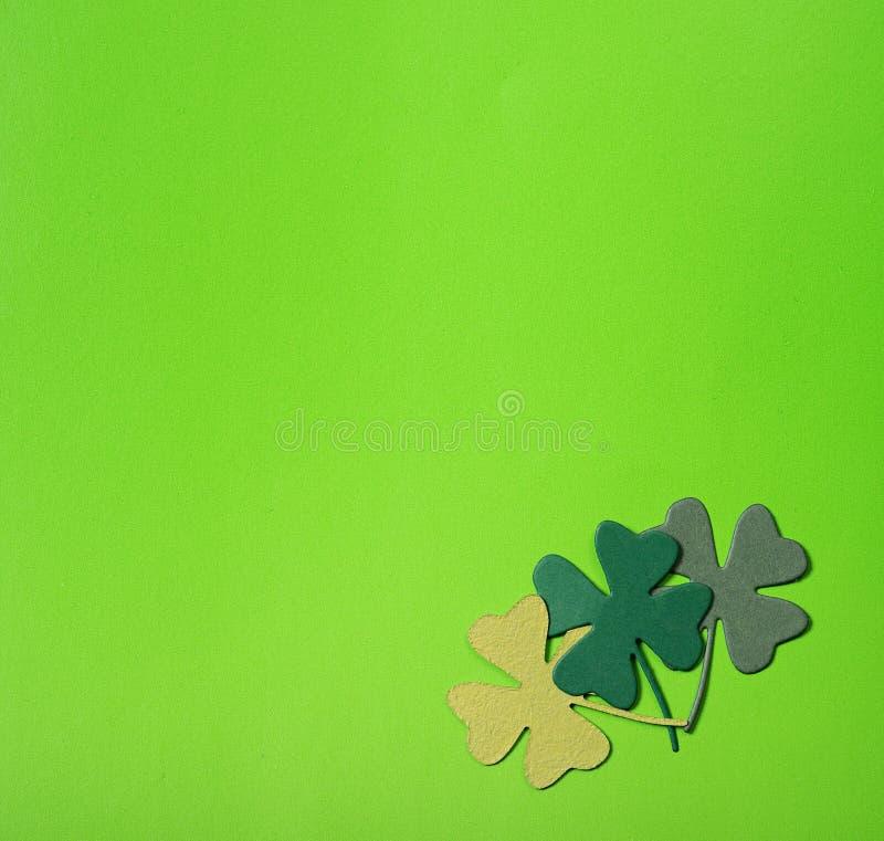 Achtergrond van groene klavers over groen royalty-vrije stock fotografie