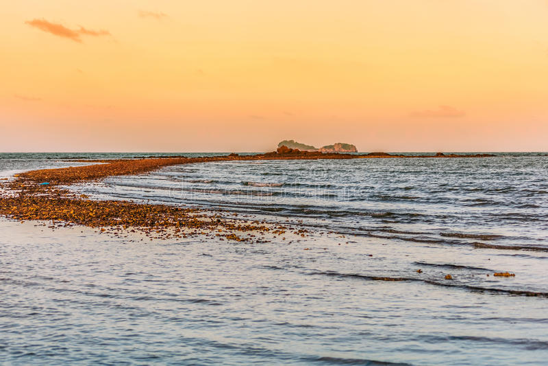 Achtergrond van het de vakantie de romantische concept van de strandvakantie - zonsondergang  stock foto's