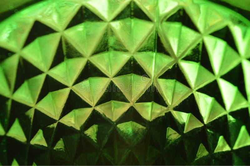 Achtergrond van het heldergroene wijnglas die in het licht fonkelen stock afbeelding