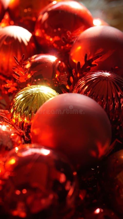 Achtergrond van het Kerstmis de rode en gouden ornament met mooie zonli royalty-vrije stock foto