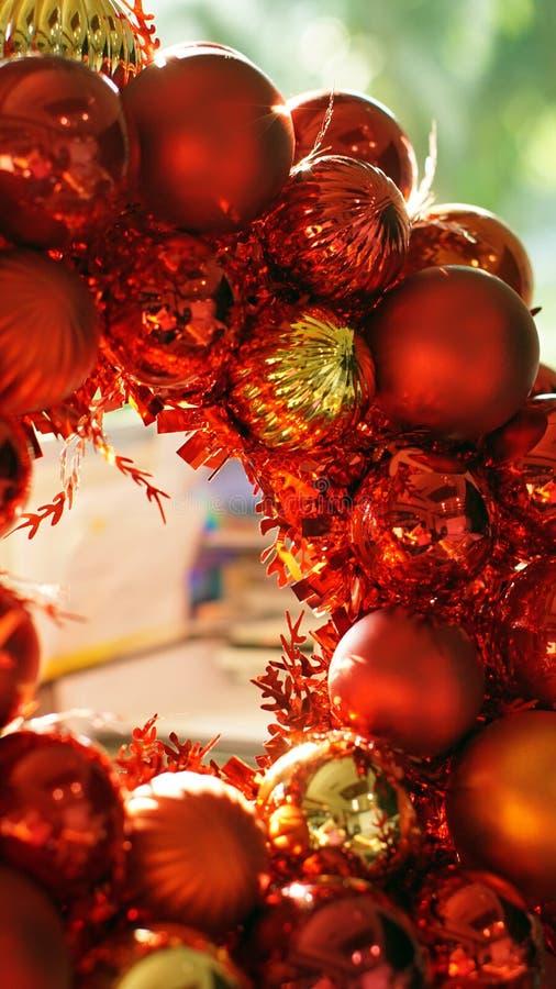 Achtergrond van het Kerstmis de rode en gouden ornament met mooie zonli royalty-vrije stock foto's