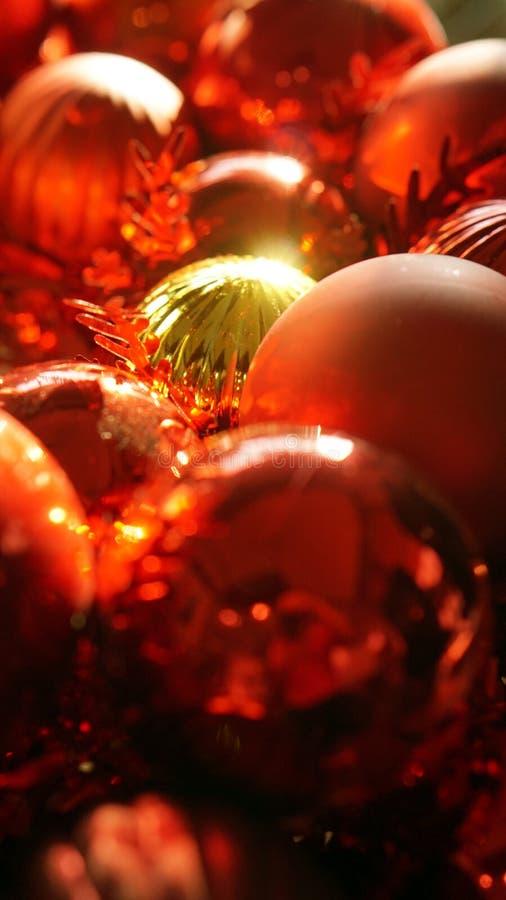 Achtergrond van het Kerstmis de rode en gouden ornament met mooie zonli royalty-vrije stock afbeelding