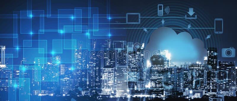 Achtergrond van het slimme voorzien van een netwerk van de stadsintelligentie op cloundtechnologie, nachtcityscape met het teken  royalty-vrije stock fotografie