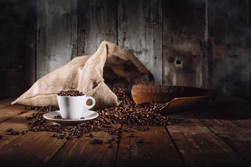 Achtergrond van kop koffiebonen stock foto