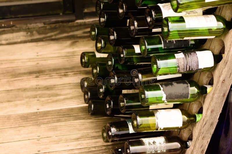Achtergrond van Lege Bier Groene Flessen die wordt gemaakt stock foto's