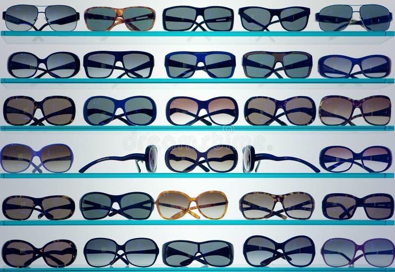 Achtergrond van modieuze zonnebril stock fotografie
