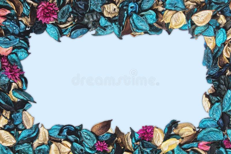 Achtergrond van mooi en kleurrijk Oceaangeurwelriekend mengsel van gedroogde bloemen en kruiden stock afbeeldingen