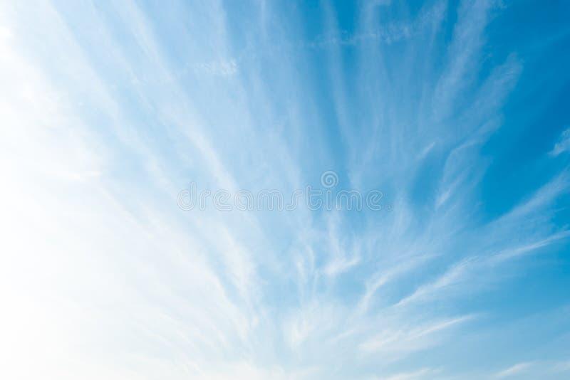 Achtergrond van mooie blauwe lucht en wolken zijn radiaal gevormd In fel weer dagen stock foto's
