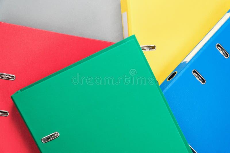 Achtergrond van multi-colored bureauomslagen stock afbeelding