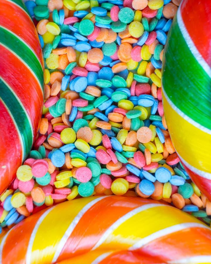 Achtergrond van multicolored assortiment van heerlijke suikergoed en confettien hoogste mening royalty-vrije stock fotografie