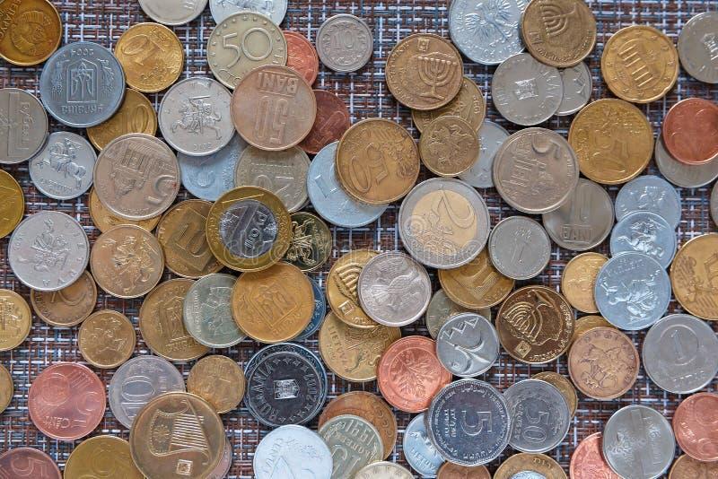 Achtergrond van muntstukken van verschillende landen stock afbeelding
